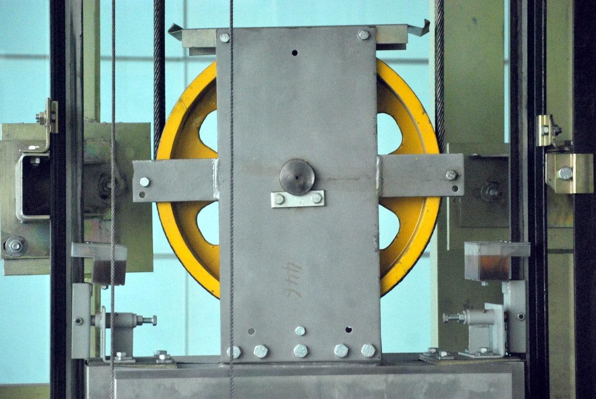 Les travaux à prévoir pour la mise aux normes d'un ascenseur selon la réglementation.