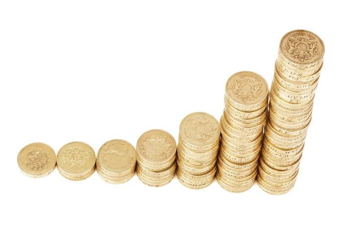 épargner régulièrement et adopter une bonne stratégie de placement